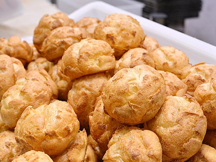 「株式会社麦の穂」は、シュークリームの実演販売で知られる「ビアードパパの作りたて工房」などを運営している会社です。