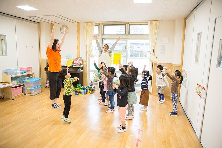 アスク保育園・GENKIDS保育園では英語や体操、リトミックは専門の講師が担当。保育士は子どもたちが楽しく取り組めるように補佐役を務めます。