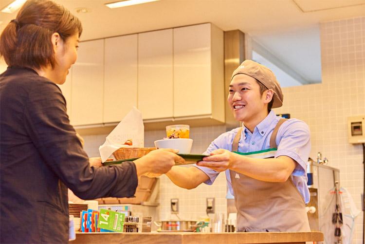 モスバーガーの正社員の給与は21万円~28万円(店舗手当1万円含む)で、経験値により異なります。