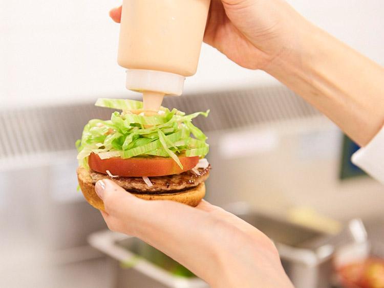 「モスバーガー」は、1972年に誕生したハンバーガー専門店です。国内で1300店舗、海外で378店舗を展開しています。