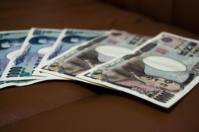 大学生のバイト収入は、1か月平均2.7万円