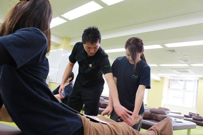 肩甲骨ストレッチ施術の様子(研修)