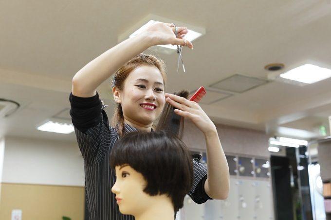 自主練習する美容師