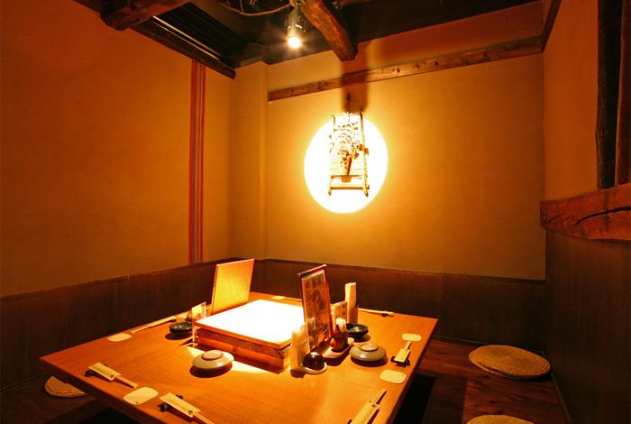 くいもの屋わんは古民家風の店内で和食をベースにした創作料理を楽しめます。