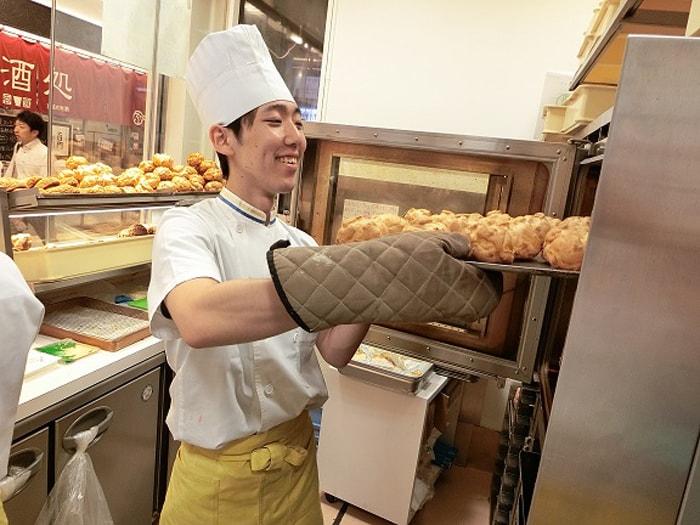 ビアードパパでは各店舗でシュー皮を焼き上げなど、シュークリームを手作りしています。
