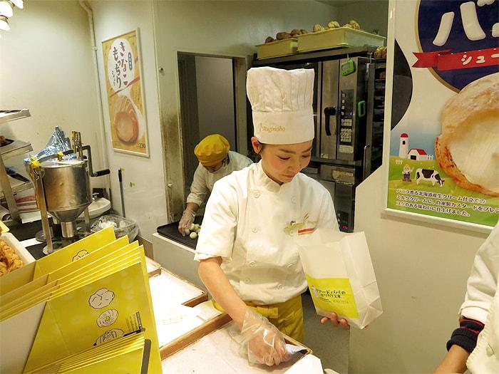 ビアードパパのバイトはシュークリーム作りのほかに、接客・販売も行います。