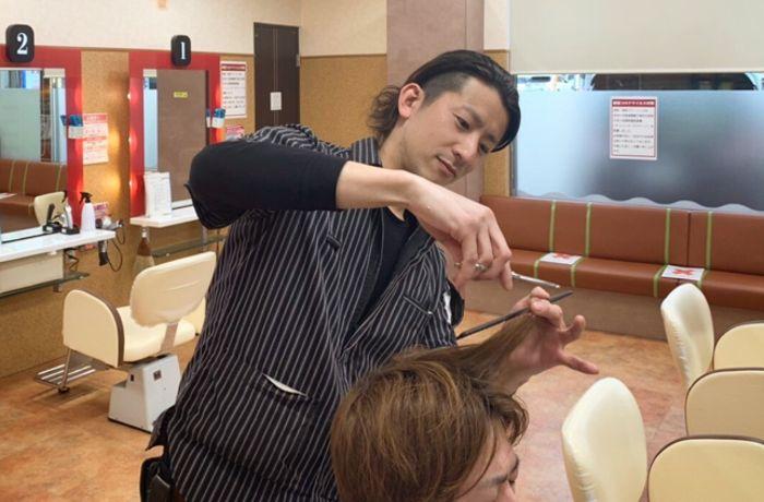 スタイリストになるためには、美容師免許が必要。国家試験合格後に免許を申請し、登録が完了すると美容師として仕事ができます。