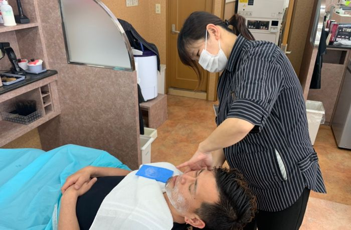 理容師とは、ヘアカットやパーマ・カラー・顔剃りなどの容姿を整える施術を行う人のこと