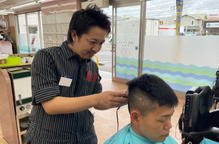 理容師になるためには、理容師免許が必要。国家試験合格後に免許を申請し、登録が完了すると理容師として仕事ができます。